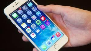 Journalisten der Zeitung «The Telegraph» bekamen ein umgebautes iPhone 6 vorgeführt, bei dem die Brennstoffzelle zusätzlich zum klassischen Akku im Gehäuse untergebracht wurde. Foto: Christoph Schmidt