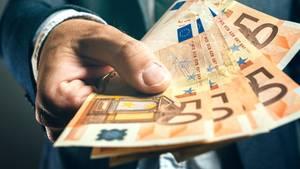 """Geschiedene oder dauerhaft getrennt lebende Ehepaare können geleistete Unterhaltszahlungen als Sonderausgaben absetzen. Der Höchstbetrag dafür liegt bei 13.805 Euro. Dazu kommen die Beiträge zur Kranken- und Pflegeversicherung (Nur die Basis-Version). Allerdings muss der Ehegatte die Zahlungen unter """"sonstige Einkünfte"""" versteuern. Wichtig ab 2016: Ehepartner, die zahlen, müssen unbedingt die Steuer-ID des Empfängers angeben."""