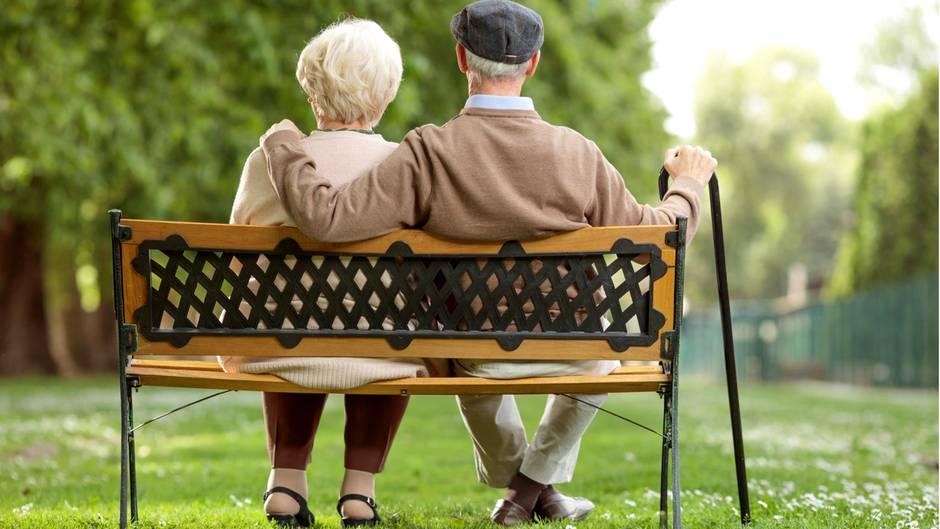 Rentner, die erstmals 2016 Geld aus der gesetzlichen Rentenversicherung erhalten, müssen dies versteuern. 72 Prozent der Brutto-Rente ist steuerpflichtig, lediglich die Werbungskostenpauschale von 102 Euro darf abgezogen werden. Die Sozialversicherungsbeiträge hingegen nicht.