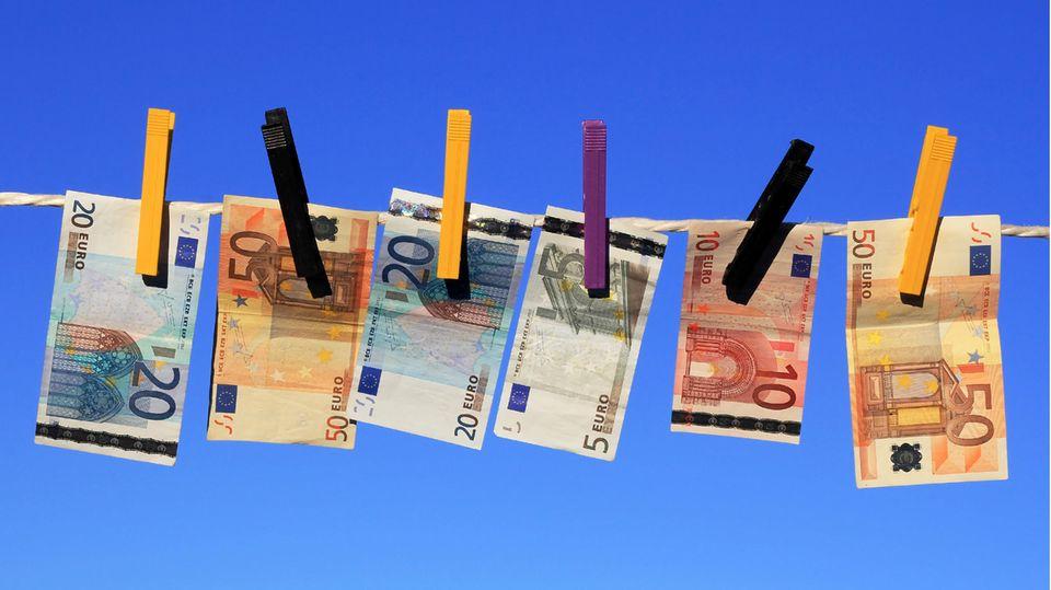 Verschenken Großeltern einen Teil ihres Vermögens an die Enkel, bleiben 200.000 Euro von der Schenkungssteuer ausgenommen. Soll mehr Geld den Besitzer wechseln, lohnt es sich, das Geld erst auf die Kinder zu übertragen - dann sind 400.000 Euro steuerfrei. Ein weiterer Trick: Der Großvater kann einen Anteil des Geldes der Oma schenken, die es dann weitergibt.