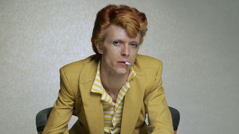 David Bowie war eine der großen Stilikonen der 70er Jahre. Diese Aufnahme aus dem Jahr 1974 zeigt ihn als Dandy in gelbem Anzug mit rötlich gefärbten Haar. Da waren seine extremen Glam-Ausschweifungen schon vorbei.