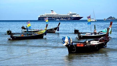 """Boote am Strand von Patong und """"Mein Schiff 1"""" im Hintergrund"""