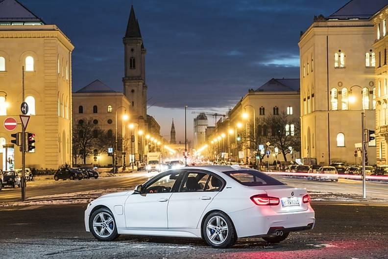 BMW 330e - von außen nur durch die zweite Tankklappe zu erkennen