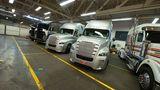 In einer Halle in Portland Oregon stehen verschie Concept Trucks