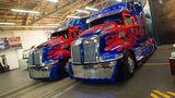 Zwei Optimus-Prime-Trucks stehen bereit