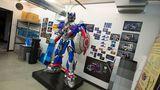 In Chris\' Büro steht eine Statue des Optimus-Prime-Roboters