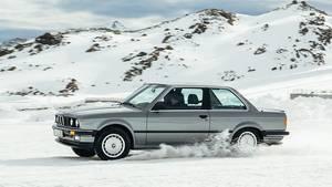 Der BMW 3er (E 21) aus den 1980er Jahren bittet ohne ESP oder sonstige Spielereien zum Schneewalzer