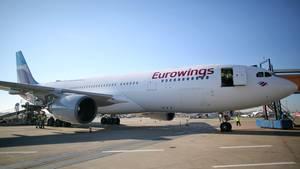 Bis Mai 2016 soll die Langstreckenflotte von Eurowings, die im Moment aus nur zwei Airbus A330-200 besteht, auf vier Maschinen verdoppelt werden. In Cockpit und Kabine arbeitet Personal der türkisch-deutschen Airline Sun Express.