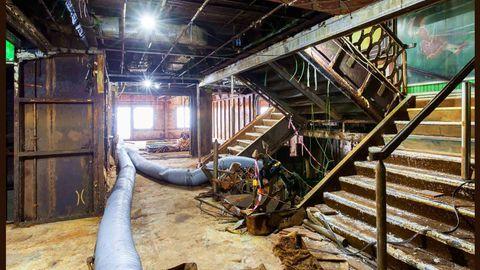 Im Treppenhaus beim Ortstermin vor dem Abwracken: Fette Schläuche winden sich durch die öffentlichen Räumlichkeiten.