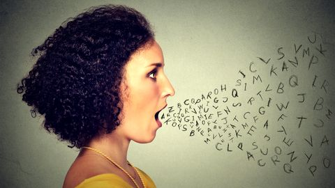 Buchstaben fliegen aus dem Mund einer Frau