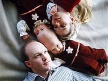 Bilder wie dieses gingen um die Welt: Die einjährigen siamesischen Zwillingsmädchen Lea und Tabea mit den Eltern Nelly und Peter Block