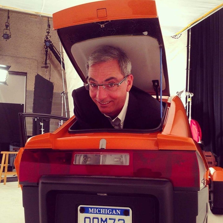 Paul Elio im Kofferraum seines eigenen Fahrzeugs.