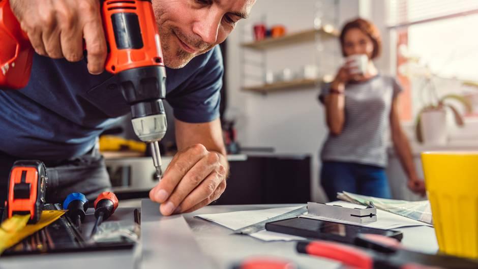 Mit diesen Tipps vermeiden Sie Ärger mit Handwerkern.