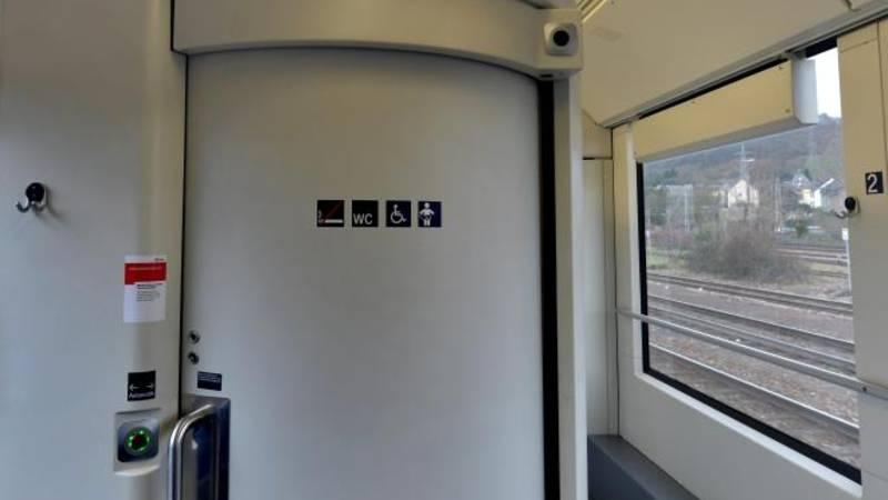 Stunden ohne Toilette - eine Frau klagt gegen die Bahn vor dem Landgericht Trier, weil sie auf einer zweistündigen Zugfahrt nicht auf Toilette konnte, da diese defekt war. Foto: Harald Tittel/Archiv