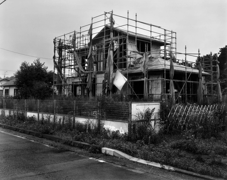 Einst sollte dieses Haus die neue Heimat für eine Familie werden. Doch als die Atomkatastrophe ihren Lauf nahm, endete auch der Traum dieses Eigenheims. Seitdem hält der Verfall Einzug - es wird wohl nie fertiggestellt werden.
