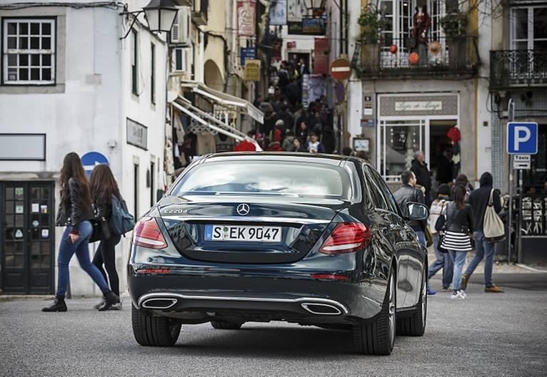 Mercedes E 220d - das Heck zeigt sich im aktuellen Konzerndesign