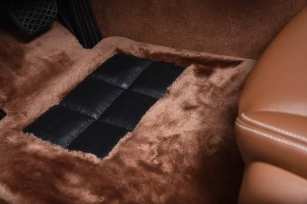BMW 750 Li Solitaire - Lammfellteppiche vorn und hinten