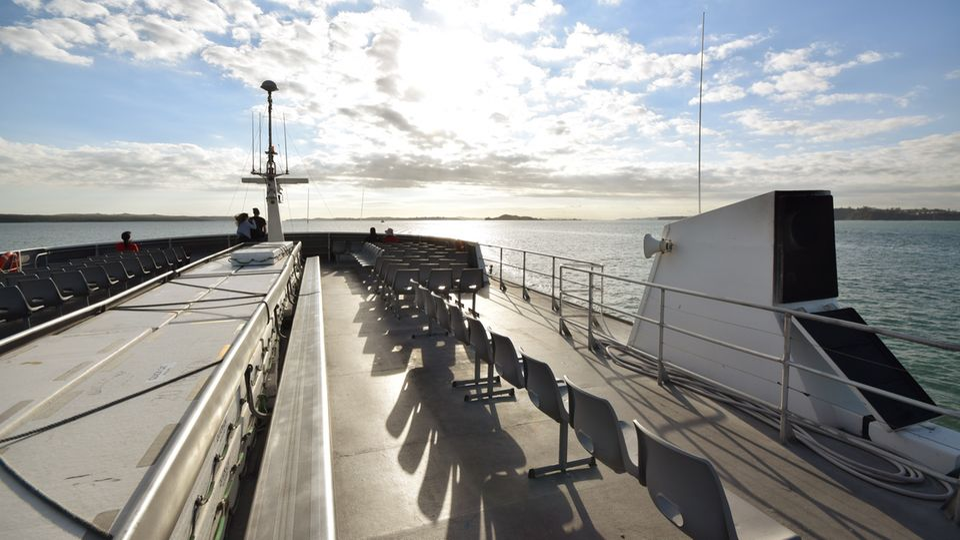 An Deck der leere Fähre nach Waiheke