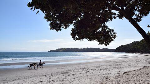 Reiterin am Strand von Onetangi