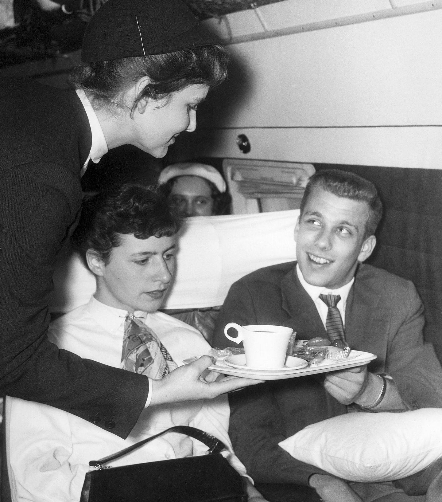 Bordservice in den Anfangsjahren der Vickers mit 36 Sitzen: Statt Klapptischen dienten Kissen als Unterlage für die Tabletts