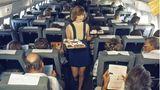 Stewardess serviert Essen