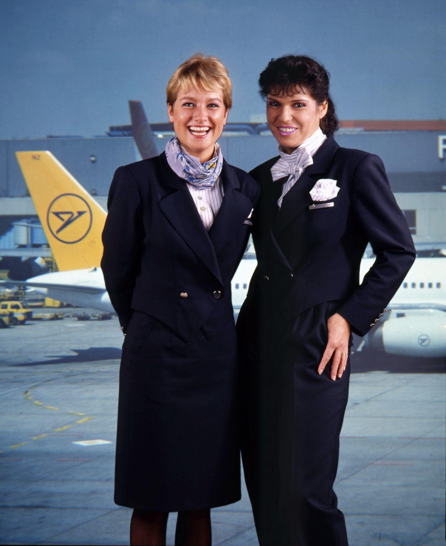 Im diskreten Dunkelblau: die Uniformen der Kabinencrew in den 90er-Jahren