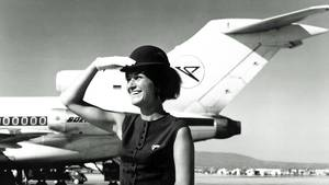 Stewardess vor Boeing 727
