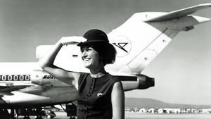 Stewardess vor Boeing 727