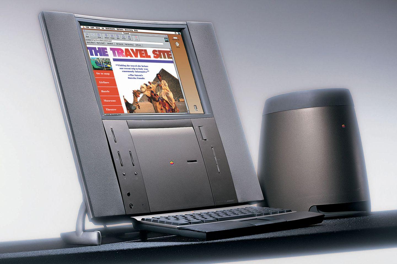 """Zugegeben: Dieser Computer ist nicht das Schönste, was je Apples Design-Labore verlassen hat. Dennoch markiert er einen wichtigen Meilenstein für Apple: Der Twentieth Anniversary Macintosh wurde als Sondermodell zum 20. Firmenjubiläum im Jahr 1997 produziert. Ein Erfolg war er nicht: Das Gerät kostete 7499 Dollar (entspricht heute etwa 11.000 Dollar), obwohl es technisch dem Power Macintosh 6500 entsprach, der mit 2999 Dollar weniger als die Hälfte kostete. Dafür gab es ein nicht weniger hässliches Bose-Soundsystem samt Subwoofer und einen eingebauten TV-Tuner.  Für alle Apple-Fans: Auf der Seite """"mac-history.de"""" gibt es ein Video, in dem Apple-Designer Jony Ive (damals noch mit vollem Haar) die Vorzüge des Jubiläums-Macs anpreist."""