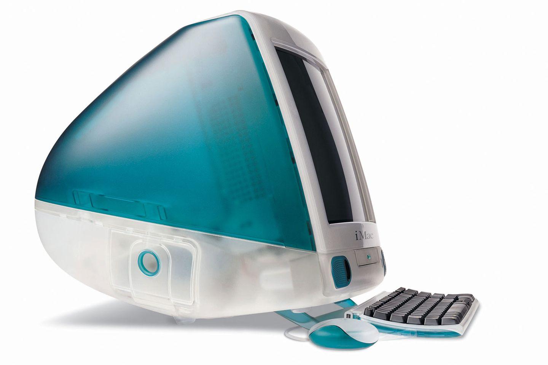 """Ein Glücksfall für Jobs war die Zusammenarbeit mit dem britischen Designer Jonathan Ive. Das erste Highlight dieser Zusammenarbeit war der iMac, der am 6. Mai 1998 vorgestellt wurde. Das Gehäuse mit halbdurchscheinenden Kunststoff wurde zur Design-Ikone und wirbelte nicht nur den Markt auf, sondern veränderte auch die Wahrnehmung für Computer. Statt trister grauer Klötze war der Rechner plötzlich schick und hip.  Apple traf mit dem bunten Gerät voll ins Schwarze, der iMac stand sowohl in Studentenzimmern als auch bei kreativen Medienleuten auf dem Schreibtisch und sorgte für ein dickes Umsatzplus. Auch Hollywood nutzt den Glamourfaktor der bunten Computer: Unvergessen ist etwa der damals 26-jährige Leonardi di Caprio, der in """"The Beach"""" am Ende des Films ein Gruppenfoto aus besseren Zeiten auf einem blauen iMac ansieht."""