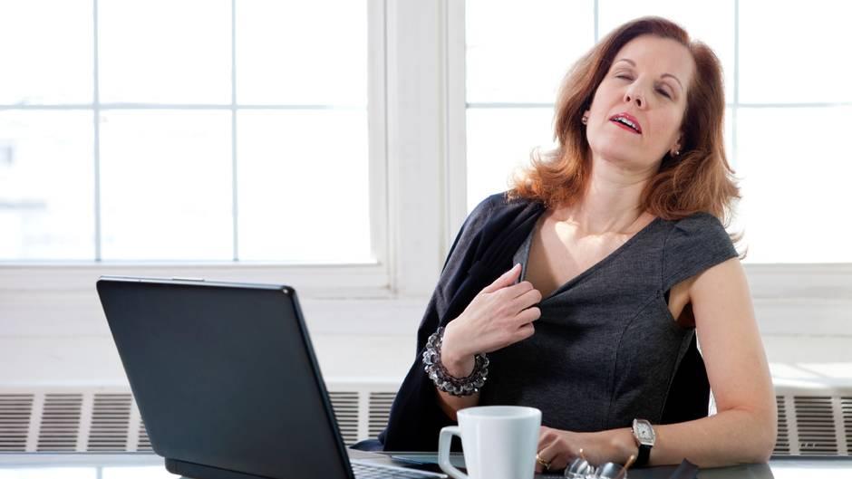 Frau erfreut sich am Wind eines Ventilators