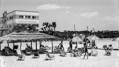 """Bild1 von 11der Fotostrecke zum Klicken:An der Platja de Palma im Jahre 1958: Das Hotel San Francisco war 1953 eines der ersten Hotels an der berühmten Uferpromenade. Das Foto ist dem Bildband """"Mallorca clássica"""" von Josep Panas i Montanyà entnommen, der im Heel Verlag erschien."""