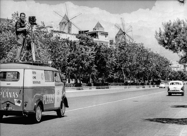 Eine Großformat-Kamera installierte Planas bereits in den frühen 60er Jahren auf dem Dach des Lieferwagens seines Fotogeschäftes. Damit war er den Fotofahrzeugen von Google Street View um Jahrzehnte voraus.