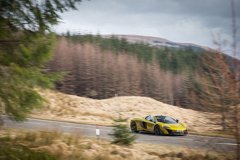 Der McLaren 675LT Spider ist 4,55 Meter lang,...