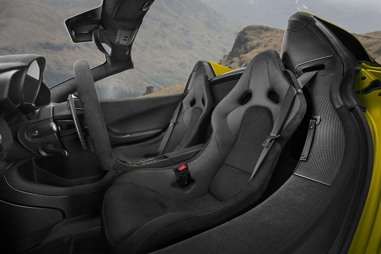 Die Karbonschalensitze des McLaren 675LT Spider bieten echte Rennatmosphäre.