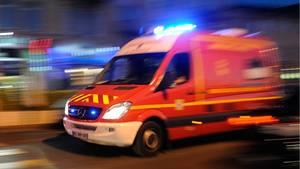 Ein Krankenwagen unterwegs zum Einsatz (Symbolbild).
