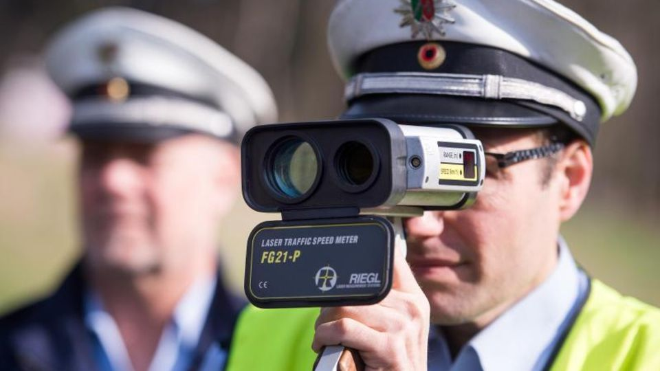Polizist mit Laserpistole: Raserei ist den Statistiken zufolge die häufigste Ursache für Verkehrsunfälle