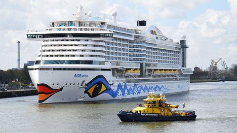 Die AidaPrima mit Schlepper kurz vor dem Festmachen in Hafen von Rotterdam