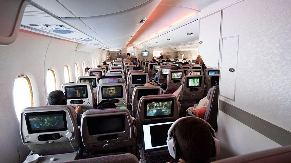 Follow Me: Das Hauptdeck des Airbus A380 mit 399 Plätzen: Rechts im Bild das geschlossene Ruheabteil für die Crew © Till Bartels