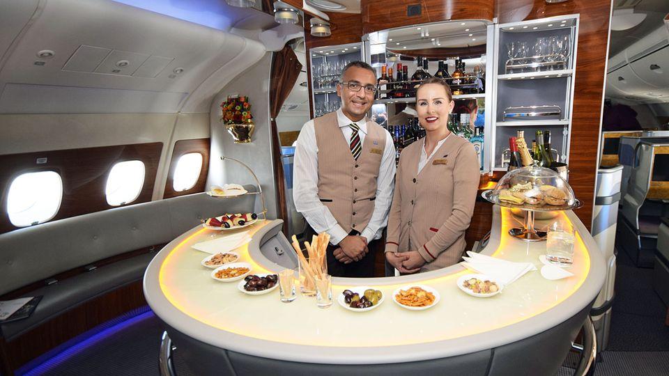 Follow Me: Im Heck des oberen Decks eines Airbus A380 von Emirates: die fliegende Bar © Till Bartels