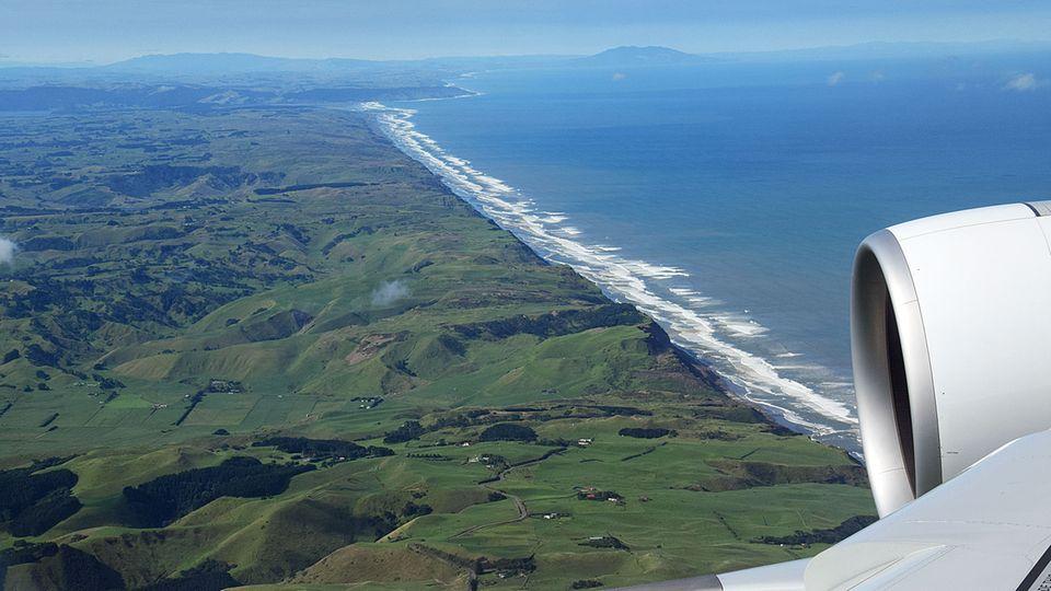 Follow Me: Nach 15 Stunden Flugzeit setzt die A380 am nächsten Morgen über der Westküste Neuseelands zum Landeanflug an © Till Bartels