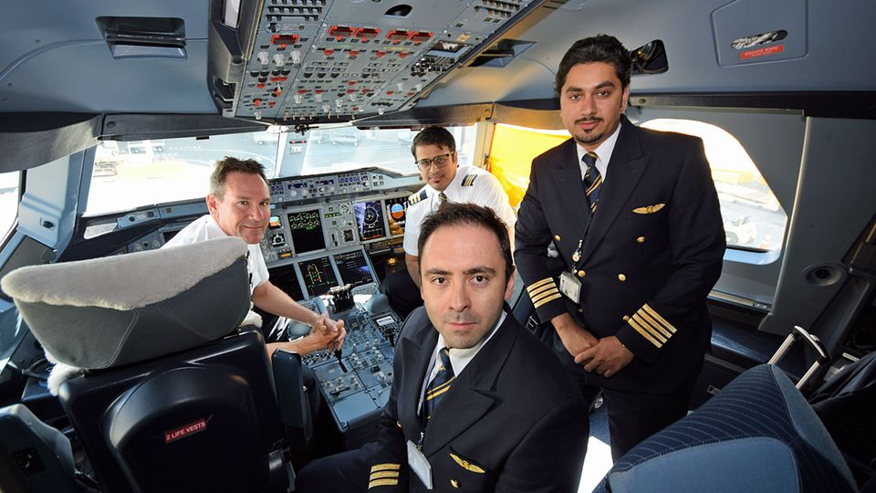 Follow Me: Im Cockpit des Airbus A380: Zwei Piloten und Copiloten wechseln sich bei dem Ultra-Langstreckenflug regelmäßig ab © Till Bartels