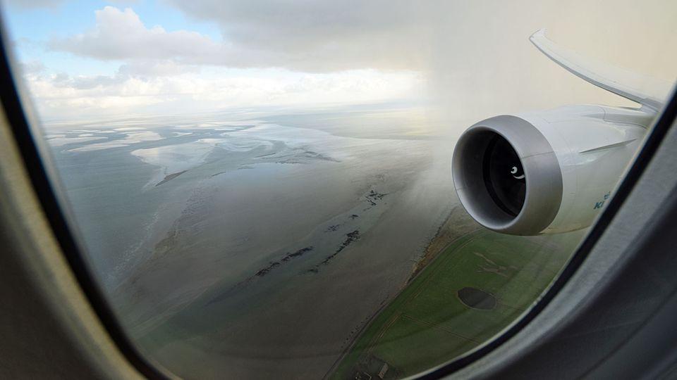 Follow Me: Flug über das Wattenmeer, Polderflächen und Gewächshaus-Landschaften © Till Bartels