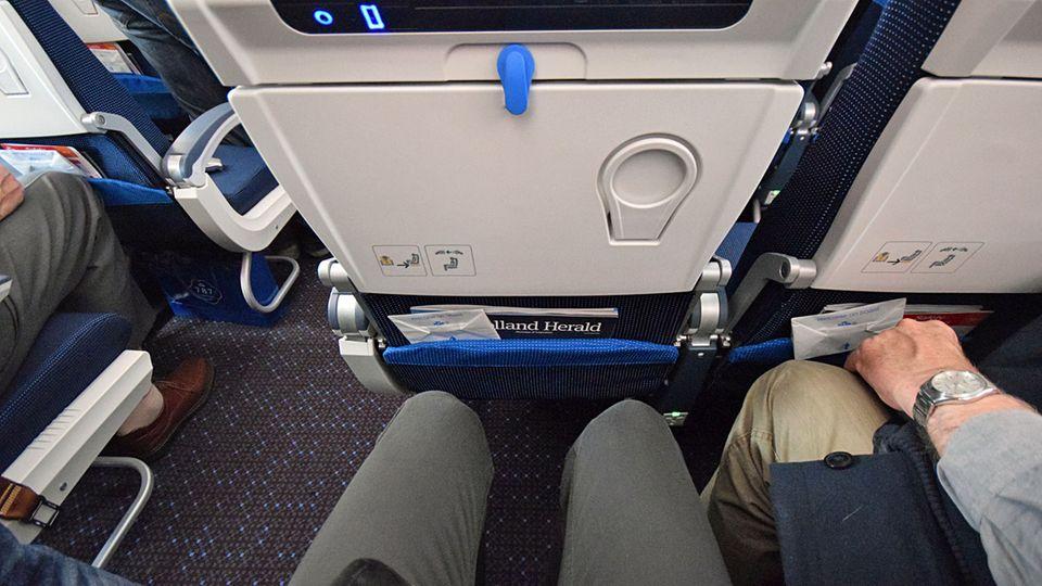 Follow Me: Nichts für Dicke: Die gemessene Breite des Sitzes beträgt 16 Inch, zwischen den Armlehen 17 Inch - macht 43 Zentimeter © Till Bartels