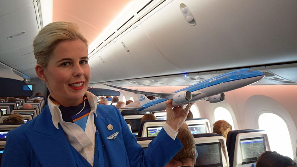Follow Me: Flugbegleiterin M. Jansen testet mit Fragen die Dreamliner-Kentnisse der Passagiere © Till Bartels