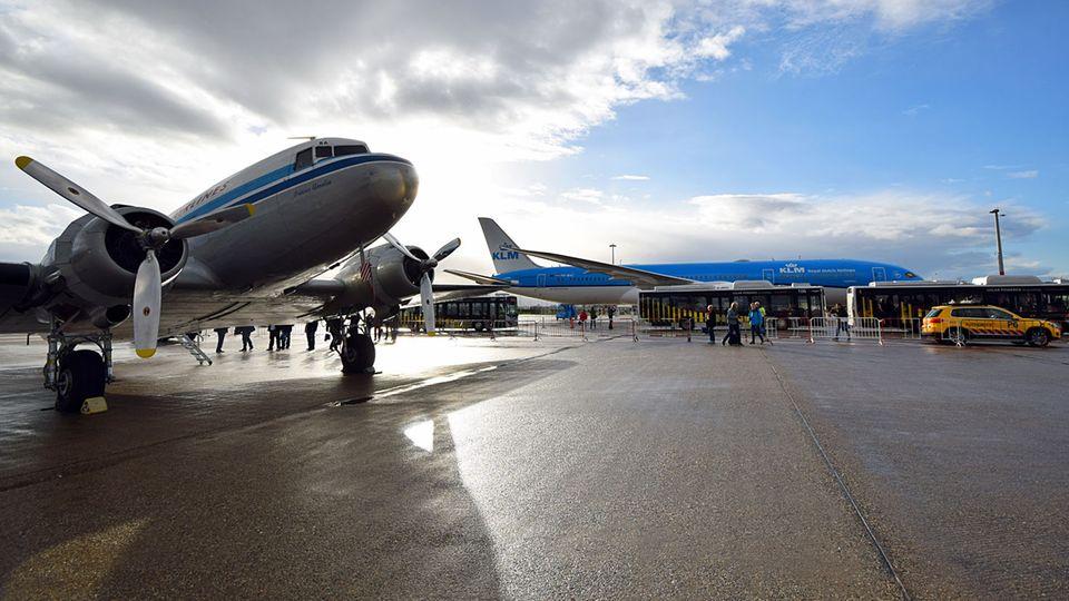 """Follow Me: 71 Jahre Luftfahrtgeschichte nebeneinander: Die historische DC3 Dakota """"Princes Amalia"""" von KLM © Till Bartels"""