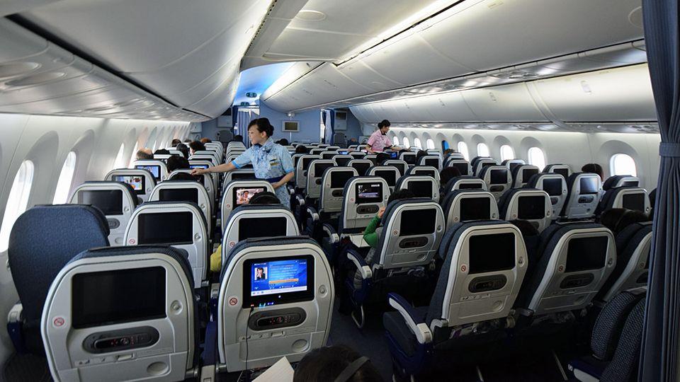 Follow Me: Kabine mit großen Fenstern: der Dreamliner von All Nippon Airways. © Till Bartels