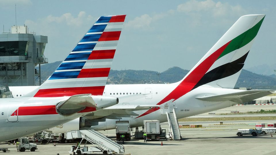 Follow me: Ein Airbus A380 von Emirates neben einer Maschine von American © Till Bartels