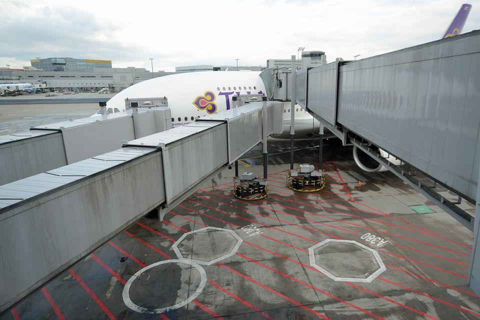 Follow Me: Zustieg über drei Fluggastbrücken auf zwei Ebenen zu einer A380 von Thai Airways. © Till Bartels