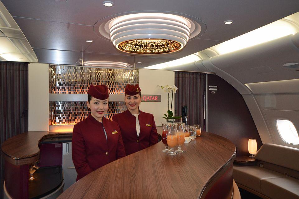 Follow Me: Bar im Oberdeck der A380 bei Qatar Airways. © Till Bartels
